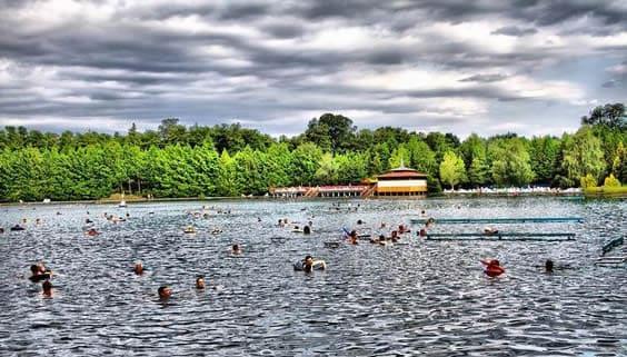 Schwimmen-im-Thermalsee-am-balaton